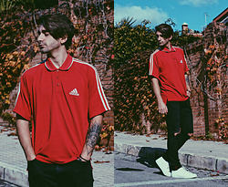 Jose Manuel Hernández - Adidas Polo Vintage, Pull & Bear Black Ripped Jeans, Lefties Sneakers - Red Vintage