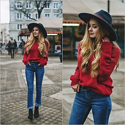 Juliette Jakubowska -  - Red turtleneck and jeans with fringe