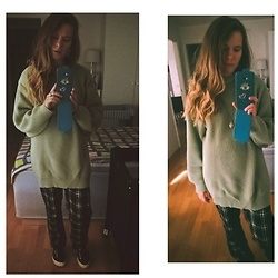 Alla Dolzhenko - Mint Oversized Sweater, H&M Pajama Pants Wh/Bl, Superga Black Sneakers, Microsoft Lumia - Pajamas pants ?
