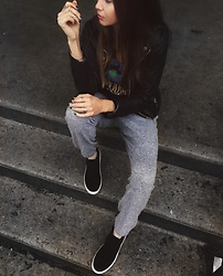 Gabrielle L. - Urban Outfitters Relaxed Joggers - Rainy day mood