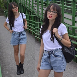 Diana Schneider - Beagle T Shirt, Gdoky Jeans Denim Shorts - I Wear Glasses