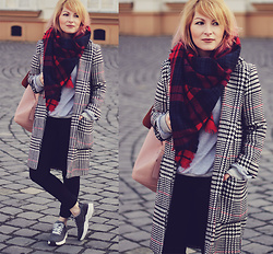 Anca Varsandan - Zaful Houndstooth Coat, Zaful Sweatshirt, Pull & Bear Plaid Scarf, Zara Backpack, Zara Trainers - Houndstooth