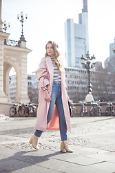 Livia Auer - About You Pink Trenchcoat, Topshop Mom Jeans, Mango Golden Boots - PINK TRENCHCOAT, PRADA VELVET BAG, GOLDEN BOOTS