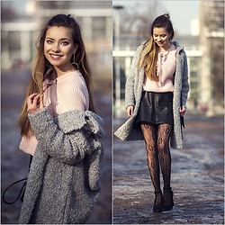 Juliette Jakubowska -  - Baby pink sweater and fishnet tights