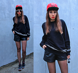 Jointy&Croissanty © - Mitchell & Ness Snapback, Crooks & Castles Sweatshirt - Fishnet tights and sneakers
