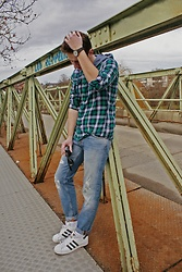 Anel Musanovic - Adidas Sneakers, Nudie Jeans, Ray Ban Sunglasses, New Yorker Green Shirt, Asos Black Watch - Warm tones.