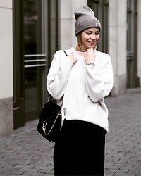 Mai - Zara Sweater, Carhartt Beanie, Chloé Faye Black - White Oversized Sweater