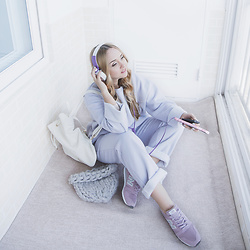 Olga Choi - Styled Moscow Cotton Suit, Gvozdishe Knitting Hat, New Balance Sneakers - Spring suit