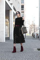 Bárbara Marques - H&M Sweater, Suiteblanco Skirt, Primark Booties, Moschino Bag, Primark Belt, Saint Laurent Sunglasses - Good call