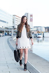 Andrea Funk / andysparkles.de - Smash Dress, Mister*Lady Bomber Jacket - Khaki & White - Bomberjacket mit Patches