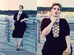 Luciana Blümlein - H&M Body, Beth Ditto Skirt, Ysl High Heels, Bottega Veneta Clutch, Dior Earrings - • Night Out •