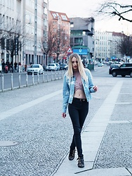 Laura Simon - Vero Moda Denim Stars, Topshop Rose Crop Top, Zara High Waist Jeans, Lemare Studded Boots, Na Kd Gold Moon - Denim stars