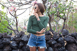 Anna Lengstrand - Ray Ban Sunglasses, H&M Shirt, Thriftstore Jeans Shorts, Simply Swedish Leather Bracelets, Simply Swedish Choker Necklace - Green dreams in Hawaii.