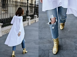 Andreea Birsan - 501 Ct Boyfriend Jeans, Gold Metallic Ankle Boots, Asymmetric White Button Down Shirt - How to elevate your boyfriend jeans
