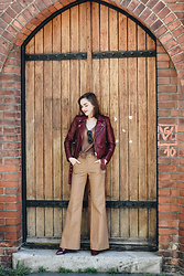 Andreea Birsan - Burgundy Leather Jacket, Linen Tank Top, Camel Flared Pants, Burgundy Pumps - How to wear burgundy pumps like a pro II
