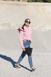 Natalia M - Céline Baby Marta Sunnies, Pull & Bear Camisa Volantes, Urban Outfitters Cowboy Belt, Pull & Bear Skinny Jeans, Cuplé Mini Black Bag, Converse All Star Sneakers - CAMISA VOLANTES
