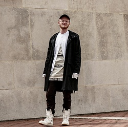 Bennett Wildauer - Rick Owens Geobasket, Julius Glitch Cargo, Rick Owens Long Robbed T, Rick Owens Cyclops Tunic, Helmut Lang Ss17 Apron Shirt, Thom Browne Tb904 Glasses, Shlohmo Dark Red Hat - Hier