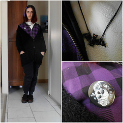 Lulu Longstocking - Rock Mania Skull Badge, Claire's Bat Necklace - Nu goth