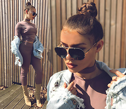 Paula Suchowera - Kornelia Rataj Choker In Old Rose, Kornelia Rataj Long Sleeve Crop Top In Old Rose, Kornelia Rataj Base Leggings Naked In Old Rose, Yeezy Season 3 Pablo Jeans Jacket, Yeezy Season 3 Nude Knit Boots - Now or never.