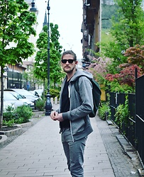 Johan Schröder - H&M Hoodie, Ray Ban Sunnies, Weekday Jeans - Travel comfy.
