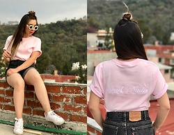 Karen Cardiel - La Cobacha Send Nudes Pink Tshirt, Levi's® Vintage Levi's Shorts, Adidas Superstar, Pearls Sunglasses - On Wednesday we wear pink ?