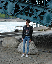 Julien GIRARD - Zara Blazer, The Kooples T Shirt, H&M Blue Jeans, Adidas Baskets - He is Back
