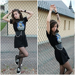 Elo' Cupcake - Asos Belt, H&M Iron Maiden T Shirt Dress, Vans Sneakers - Undercover criminal