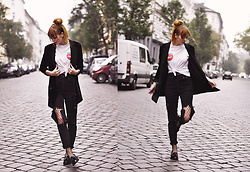 Malin Rouge - Gestuz Black Velvet Blazer, Asos Black High Waist Destroyed Mom Jeans - Grunge meets preppy