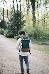 Kevin Elezaj - Converse Sneakers, Levi's® Jeans, American Vintage Knit, Eastpak Backpack - Out of the woods