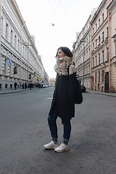 Anya - Asics Sneakers, Topshop Jeans, Zara Scarf, Zara Backpack - On the road