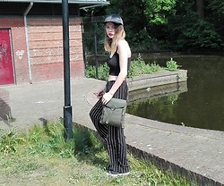 Sharyn Grobben - H&M Satin Hat, Primark Black Croptop, H&M Stripes Pants, Primark Kaki Bag - The warm weather is here!