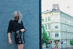 Sara H - Weekday Super Over Size T Shirt, Weekday Lacquer Skirt, Ray Ban All Black - 28th of May, 2017.