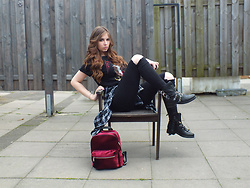 OH ANNE (BLOGGER) - Sacha Boots, Sacha Backpack - METALLICA SHIRT, VELVET BACKPACK & BIKER BOOTS