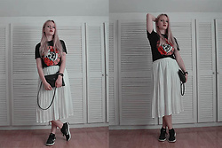 Agnieszka Warcaba - Chicme.Com Top, Second Hand Skirt, Nike Boots, New Look Bag - Guns 'n roses top