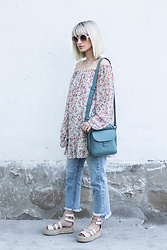 Eea Ikeda - Miu Sunglasses, G.U. Mom Jeans, Stradivarius Platform Sandals - Blue And Florals