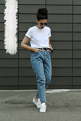 Ellone Andreea - Pull & Bear Mom Fit Jeans, Adidas White Superstars, Zara White Tee - Mom, I'm going out!