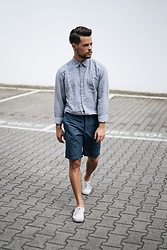 Kevin Elezaj - Vans Sneakers, Gap Shorts, Gap Shirt - GAP