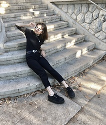 Kam - Pull & Bear Black Mom Jeans, Black Creepers, None Wide Fishnet Tights, Primark Black T Shirt, None Fishnet Shirt, Vintage Cateye Sunglasses - A goth in a park