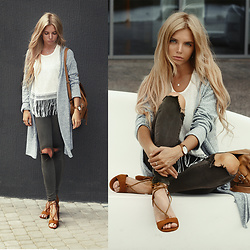 Ekaterina Normalnaya - Giuly Sandalo Tan Con Lacci, Khaki Jeans, Oversized Fringed Top White One Size, Grey Long Cardigan - Cold summer look