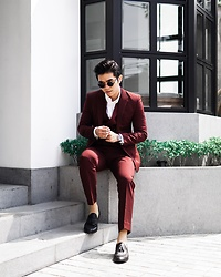Davin Senviadi - Thesuitsco Burguny Suits, Ftale Black Loafer - Red on red ?