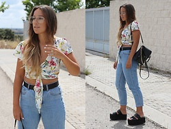 Claudia Villanueva - Zerouv Sunglasses, Shein Crop Top, Shein Backpack, Pull & Bear Jeans, Public Desire Sandals - Cruzado y Anudado
