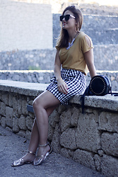 Carolina González Toledo - Monglam Sunglasses, Happiness Boutique Necklace, Primark Bag, Stradivarius Skirt, Stradivarius Sandals - Falda de cuadros vichy