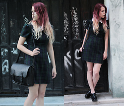 Sofi B. - Tartan Vintage Dress, Catwalk Platform Shoes, Black Vintage Messenger Bag - Dark side of Snow White