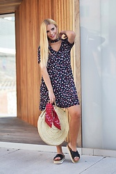 Martha Lozano - Pull & Bear Dress, Maria Barcelo Sandals - No me vendas la moto