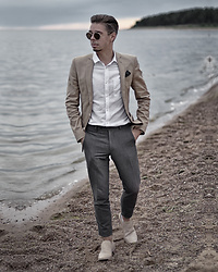 Edgar - Primark Gray Cropped Suit Trousers, Asos Sand Color Blazer, H&M White Shirt, Maison Martin Margiela Skin Color Leather Loafers, H&M Retro Sunglasses - BACK TO WHERE IT ALL BEGAN