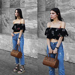 CLAUDIA Holynights - In The Style Top, In The Style Shoes - Floral top and raffia shoes
