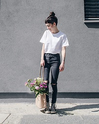 Frankie Miles - Obey White T Shirt, Subdued Black Skinny Jeans, Hieleven Bucket Bag, Converse Chucks Allstar - Simple things