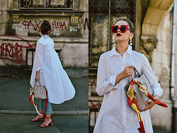 Andreea Birsan - Medium Size Grey Tote Bag, White Waterfall Shirt, Eyelet Light Wash Mom Jeans, Red Stappy Pearl Embellished Sandals, Red Cat Eye Sunglasses, Silk Scarff, Pearl Earrings - The perfect everyday bag