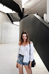 Alicja Szczepanska - Shein White Shirt, Forever 21 Blue Denim Shorts, Zara Black Bag - MAXXI