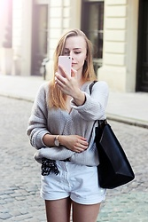 Marta S. - H&M Grey Sweater, Versace White Shorts, Zara Black Bag, Daniel Wellington Gold Watch - Casual look • STREET STYLE